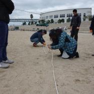食後はロープワーク綱引きに挑戦!短いロープを本結びで繋げていく練習を行っています。