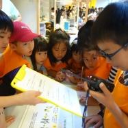 無線機を取る役割は大人気!他の子どもたちも真剣に聞いています。