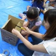 使うものはダンボールカッターのみ!親子で協力して椅子を作成します。
