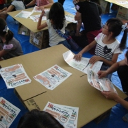 昼食で使用する紙食器作りに挑戦!