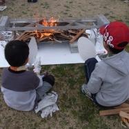 火おこし班では2つのかまどベンチに薪と炭で火をおこしました