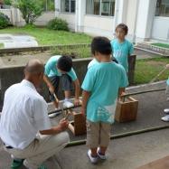 地域の老人会の皆さんに「竹の水鉄砲づくり」を教わりました