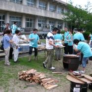 地域の老人会の人に飯盒炊飯を教わりながら皆で炊き出しです!