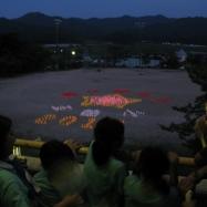 校舎の上から灯明(五箇小学校校章)を眺め、皆で校歌の合唱!