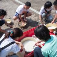 料理班は昼食に向けてお米をとぎます