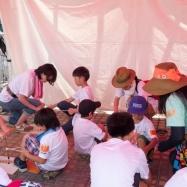 大阪ガスの松原さんよりレクチャーを受ける子どもたち