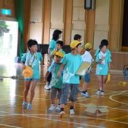オリエンテーリングでは1~6年生が各班に分かれ、全プログラム体験します