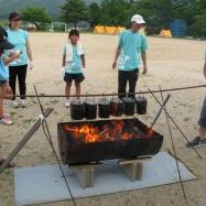 地域の方々に教わりながら薪をくべて、5・6年生で夕食作りです!