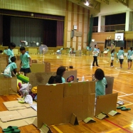 間仕切りによって大きな体育館にたくさんの部屋ができました