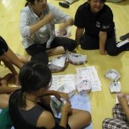 事前研修会にて、紙食器の練習中
