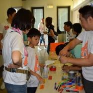 参加者は受付でTシャツを着て、色分けした名札をつけます