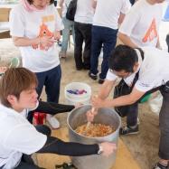 料理班皆で作ったカレーのルーをかき混ぜるスタッフ